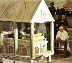 Pope in prayer before St Pio.jpg