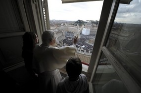 Pope releases dove Jan 30 2011.jpg