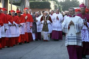 Pope processing to S. Sabina 2011.jpg