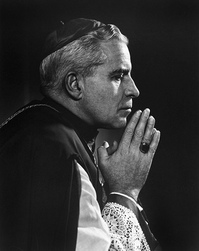 Fulton Sheen in prayer.jpg
