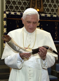 Pope with Shofar.jpg