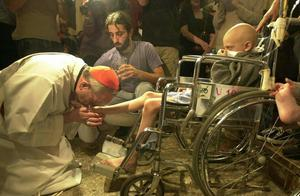 Bergoglio washing feet.jpg
