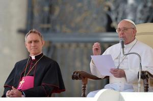 Georg Gaenswein and Pope Francis 27 Mar 2013.jpg