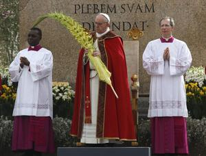 Pope Francis at oblisk 24 March 13.jpg