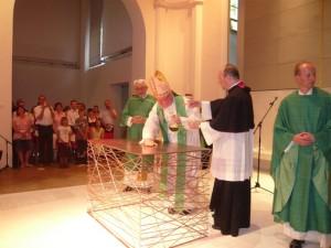 Cardinal Marx consecrating a dog cage
